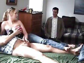 Corno fica olhando a mulher bater punheta a um estranho